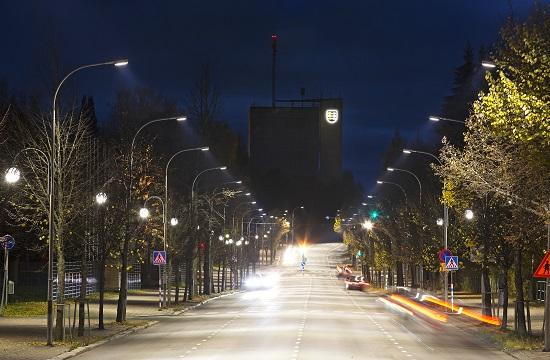 Pieksämäen keskuskadulta vaihdettiin vanhat 250 W elohopealamput älykkäisiin led-katuvalaisimiin, joiden maksimiteho on 100-135 W. Kaupungin vuotuinen säästö on yli 14 000 euroa. Älykäs ohjaus säästää vielä lisää, kun valotehoa voidaan ajoittain alentaa. (Kuva: Valopaa Oy)