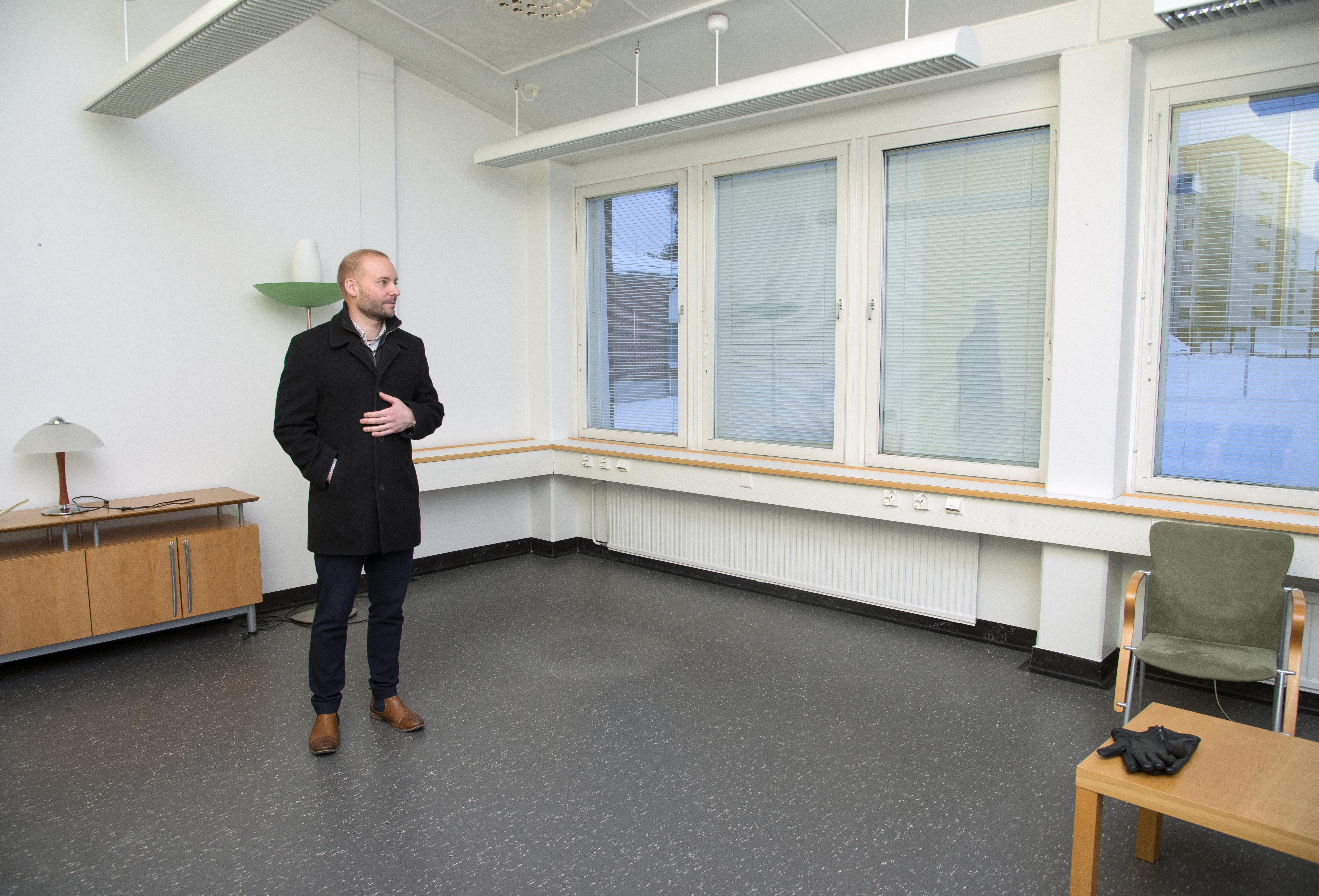- Taas evakkoon, toteaa Kempeleen kunnanjohtaja Tuomas Lohi muutaman vuoden takaisen kunnantalon epäonnistuneesta remontista. (Kuva Vesa Ranta)