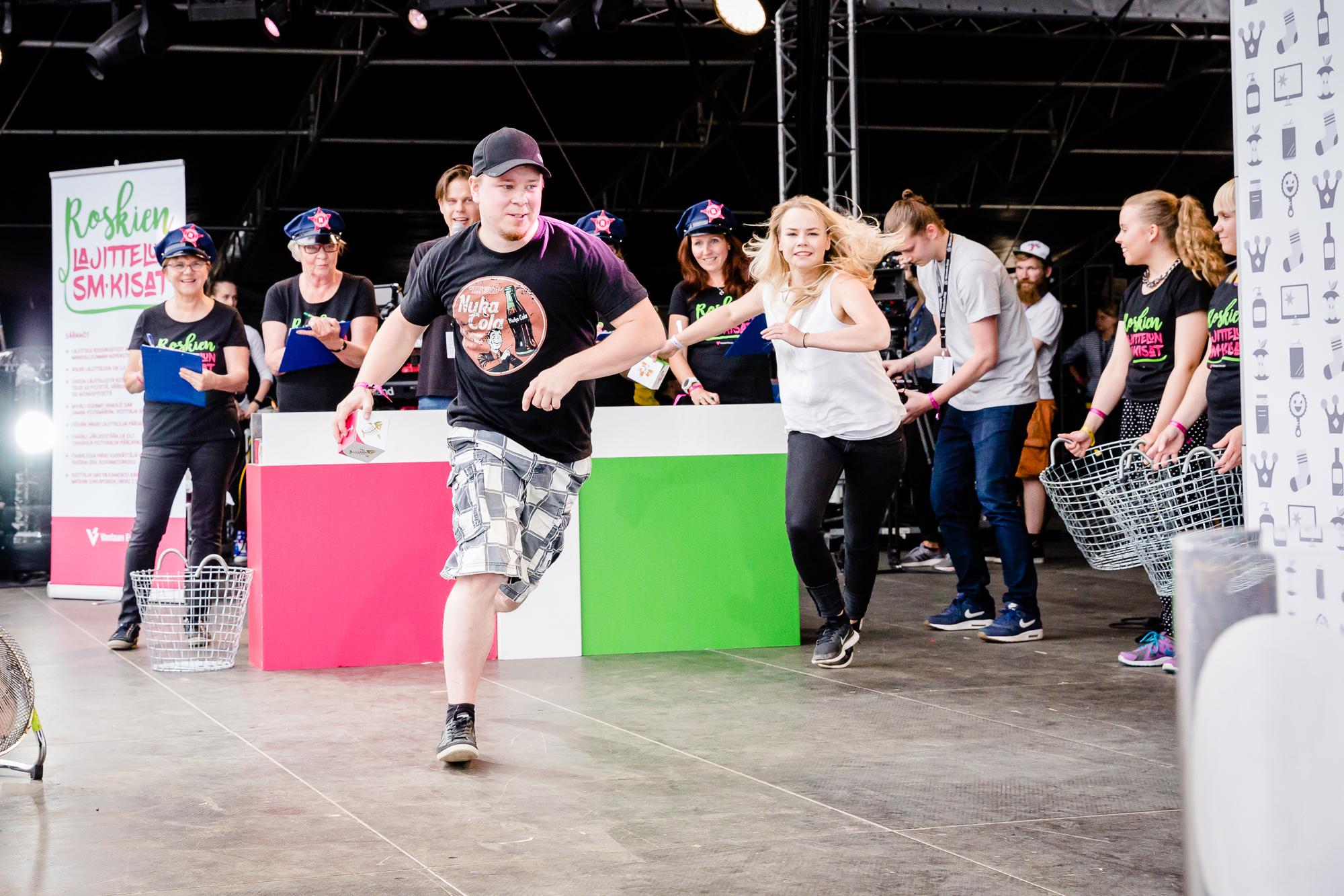 Viime kesän Roskien lajittelun SM-kisojen finaalissa riitti vauhtia. (Kuva Hanna Tyrväinen)