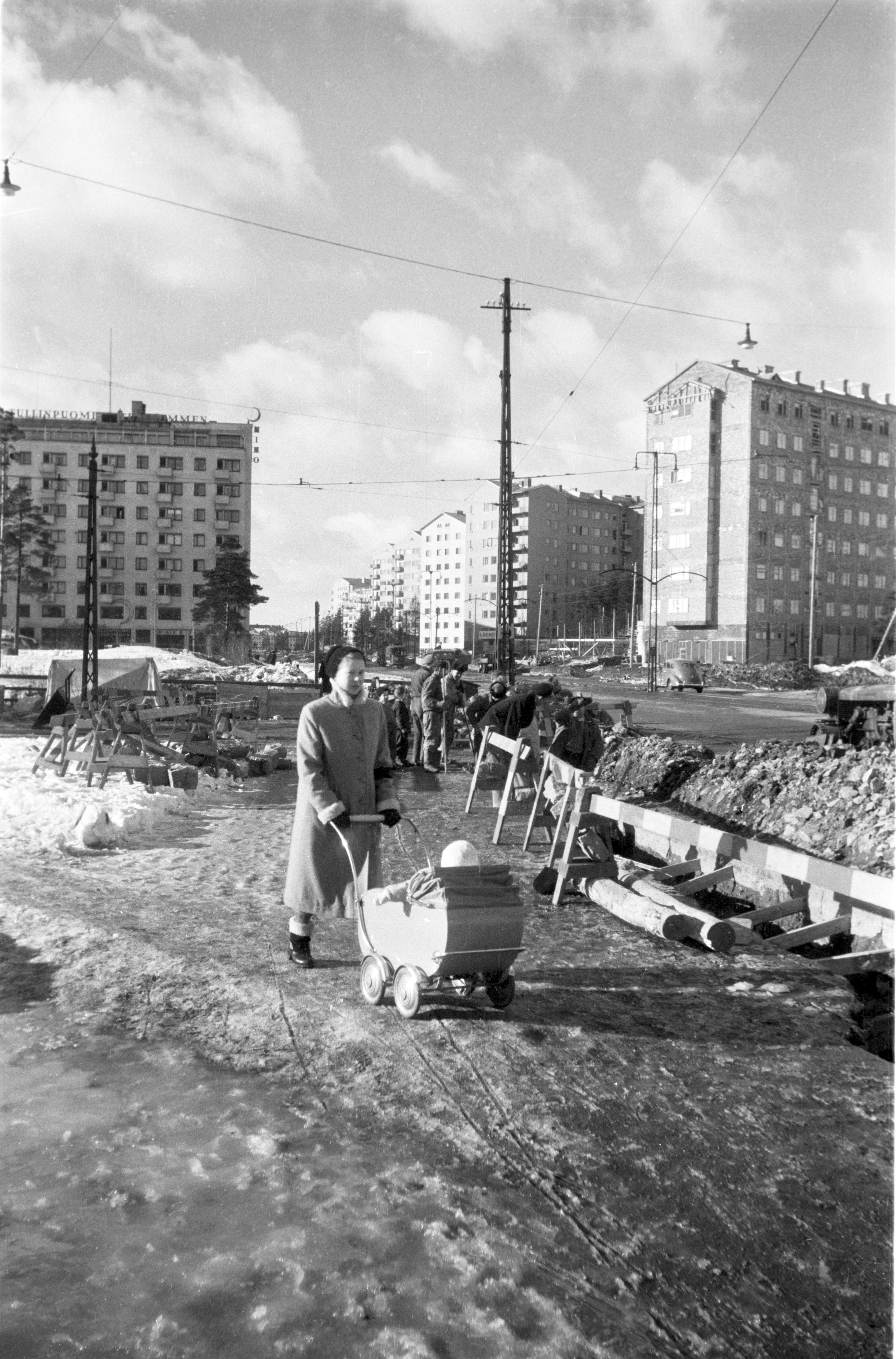Ensimmäiset Arava-rahoitteiset talot nousivat Mannerheimintien varteen Helsingin Tullinpuomissa 1940-50-lukujen vaihteessa. (Kuva Eino Heinonen, Helsingin Kaupunginmuseo)
