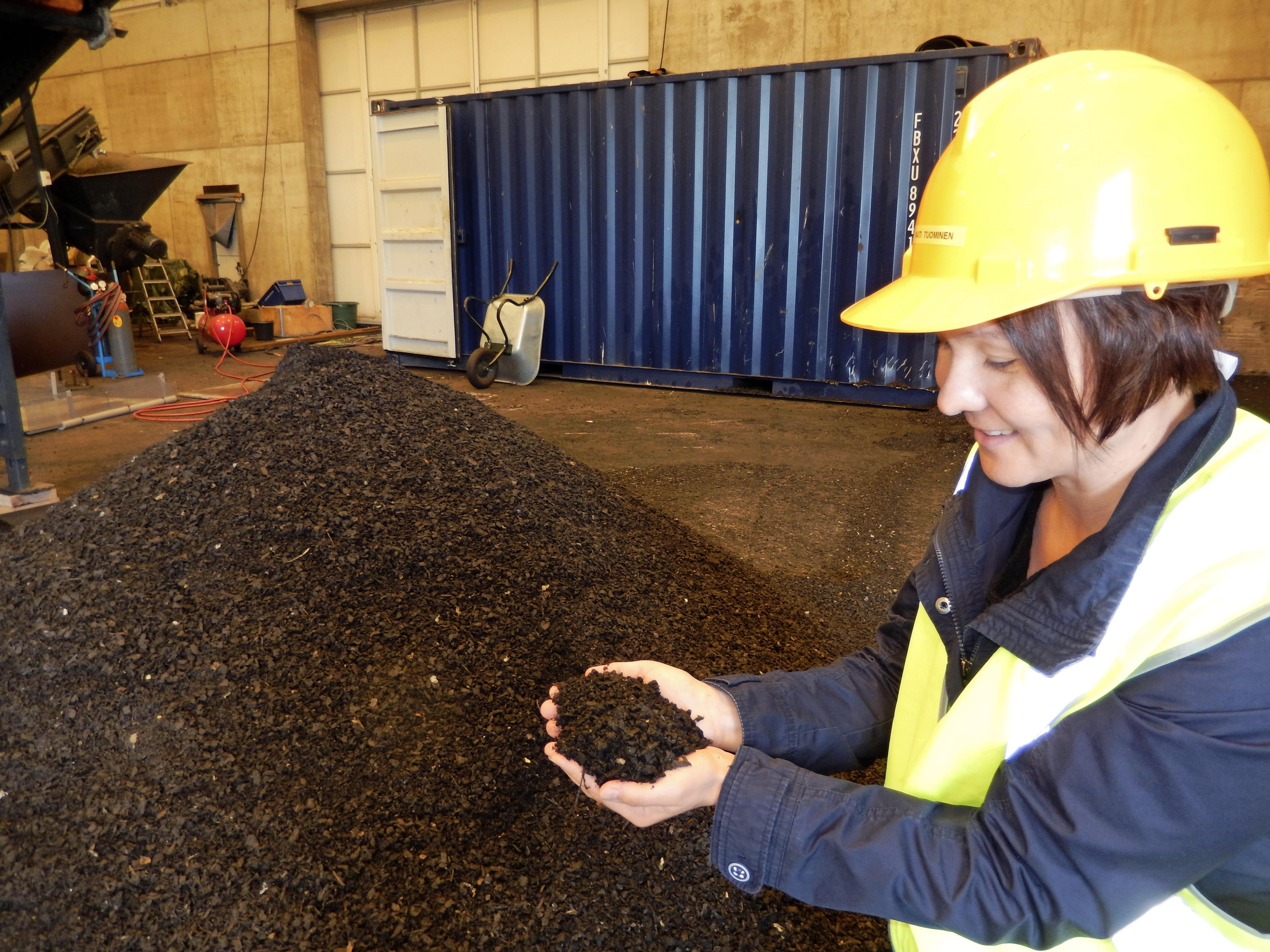 Lahti panostaa kierrätykseen. Kaurialassa asfalttirouhe kiertyy päällysteeksi Kati Tuomisen ohjauksessa. Lahdella on myös ympäristöyhteistyötä Etelä-Afrikan ja Ghanan kanssa. (Kuva Markku Vento)