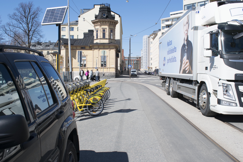 Kaupunkifillareiden lukumäärä kolminkertaistui Helsingissä. Monet pyöräasemat jouduttiin sijoittamaan katujen varsille. (Kuva: Markku Vento)