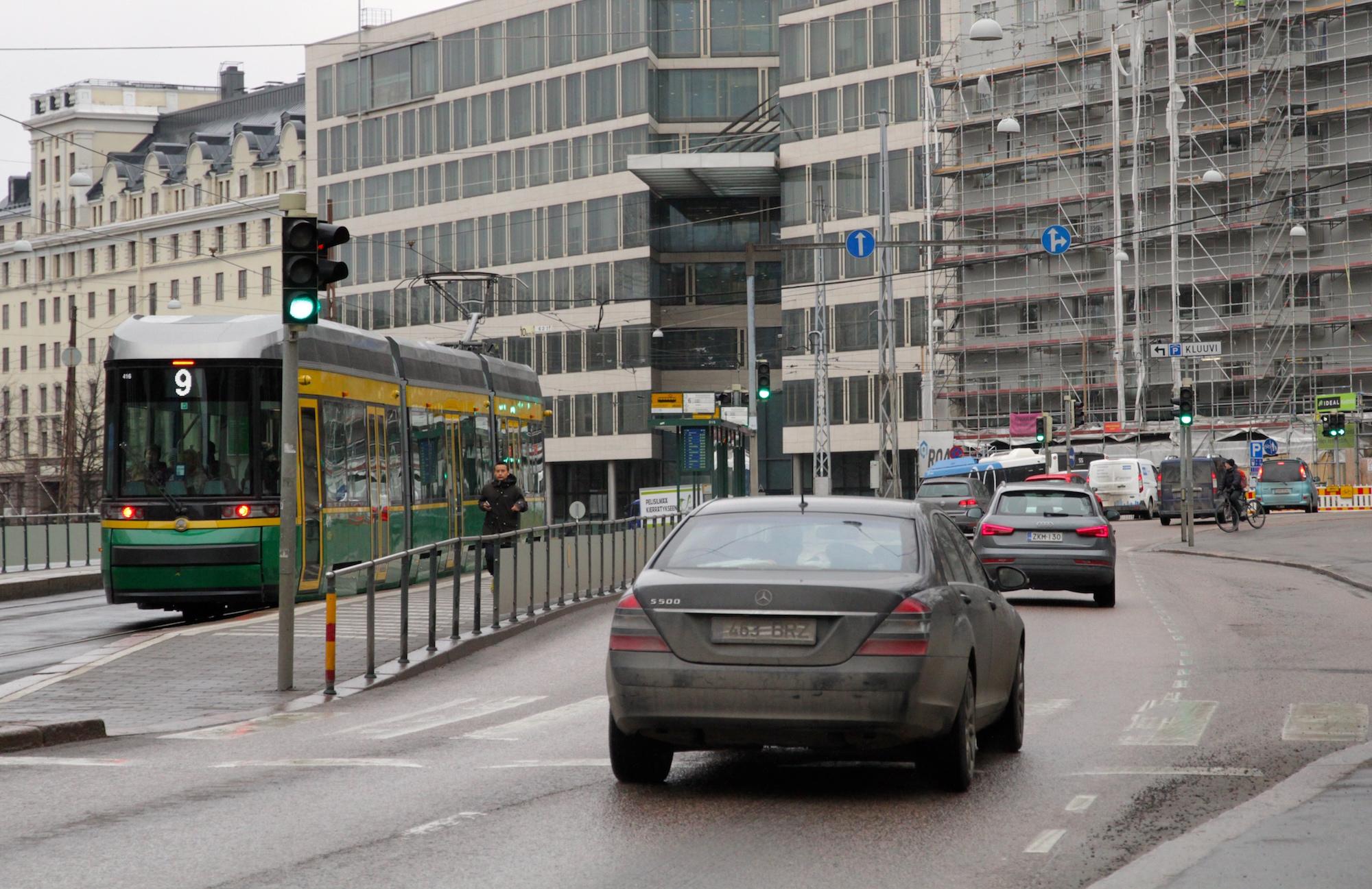 Helsingin ympäristötoimen mukaan liikenteessä on suurin päästövähennyspotentiaali EU:n asettamiin tavoitteisiin pyrittäessä. (Kuva: Ville Miettinen)