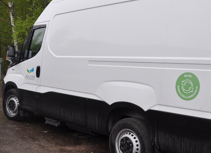 Uudet biokaasulla kulkevat ajoneuvot tunnistaa Lappeenrannan katukuvasta vihreästä biokaasumerkistä. (Kuva: Laura TIkkanen)