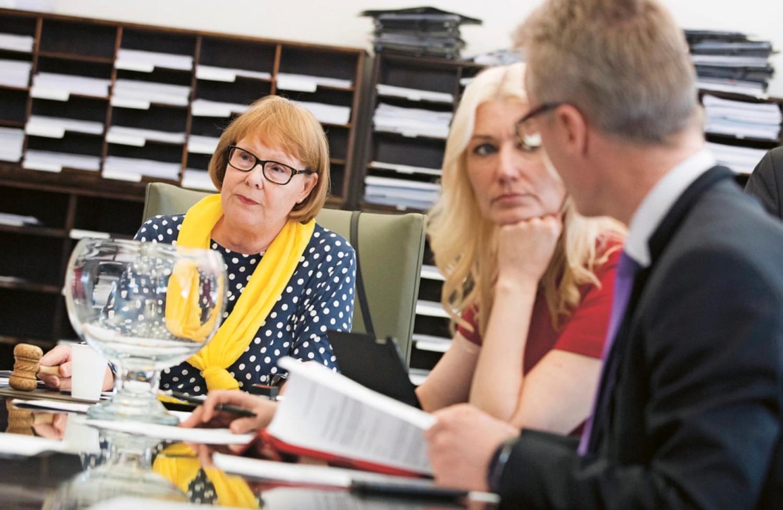 Puheenjohtaja Annika Lapintien (vas.) mukaan perustuslakivaliokunnan työt jatkuvat normaaliin tahtiin sote-lakeja käsitellen meneillään olevasta hallituskriisistä huolimatta. (Arkistokuva: Hanne Salonen)