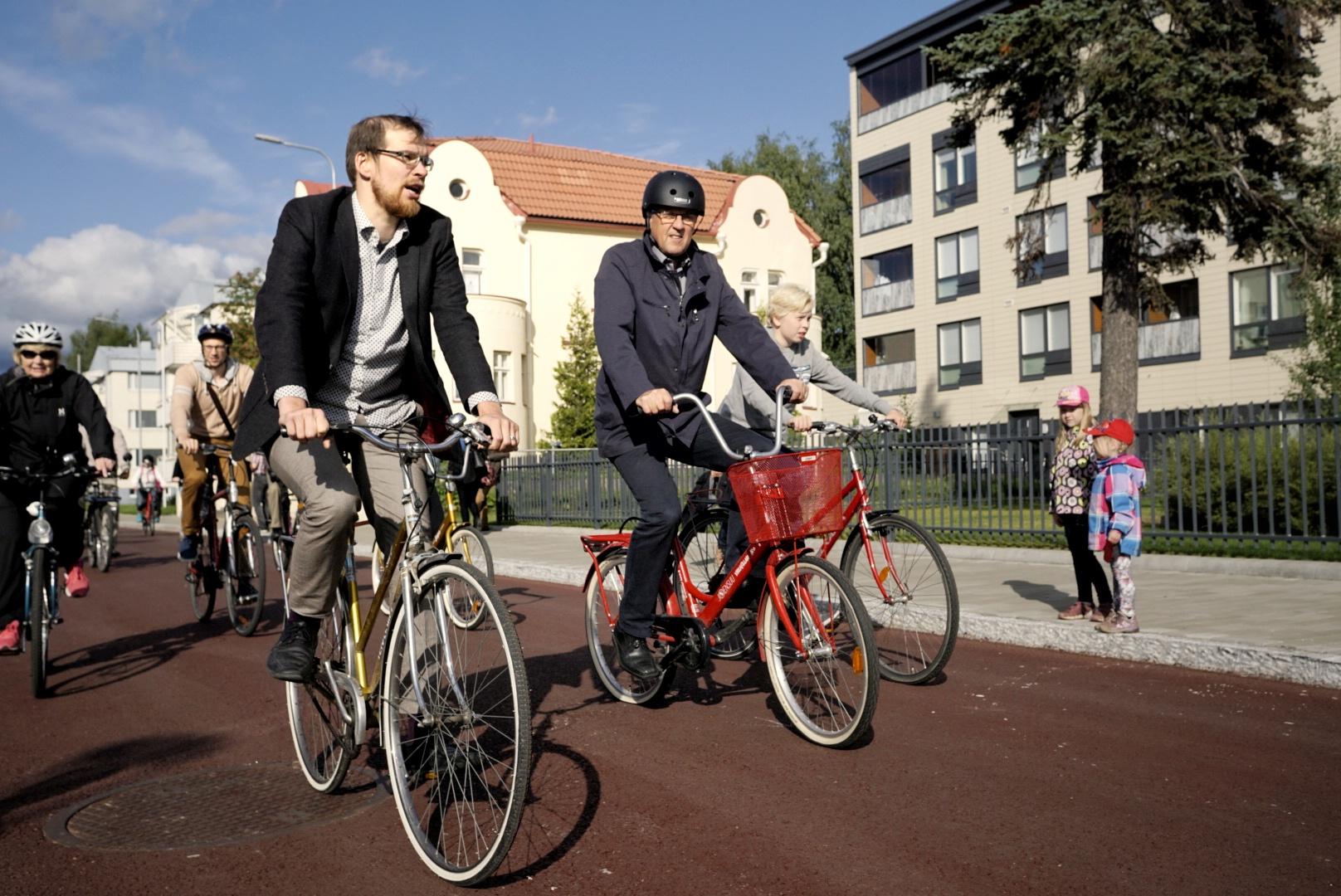 Pyöräliiton Matti Koistinen ja kaupunginjohtaja Kari Karjalainen testasivat pyöräkatua heti kun se oli avattu. (Kuva: Pasi Rasamäki)