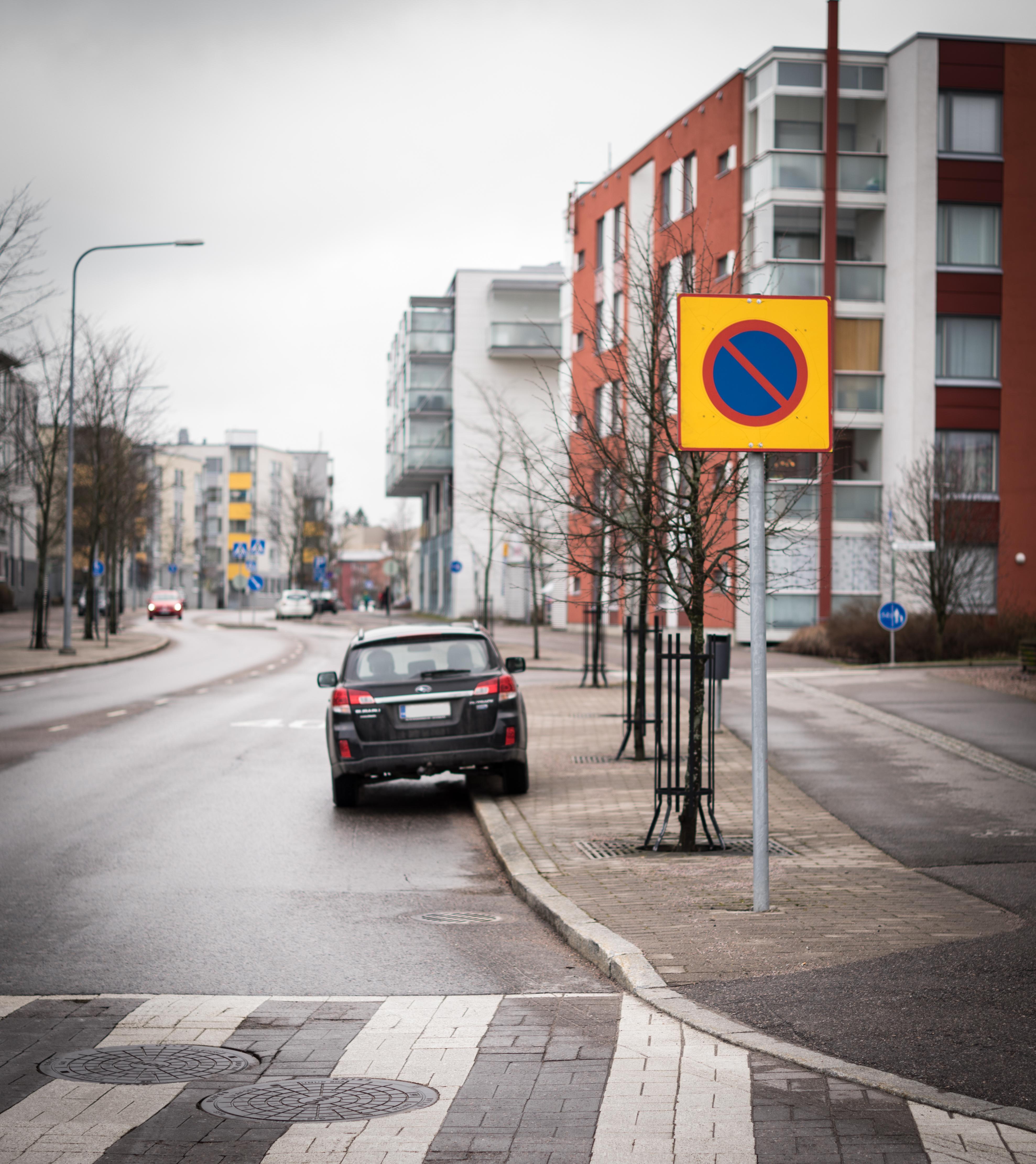 Espoon Matinkylässä korvataan aluepysäköintikieltomerkit (kuvassa) selkeillä katujen varsille pystytettävillä pysäköintikieltomerkeillä. (Kuva: Trafix)