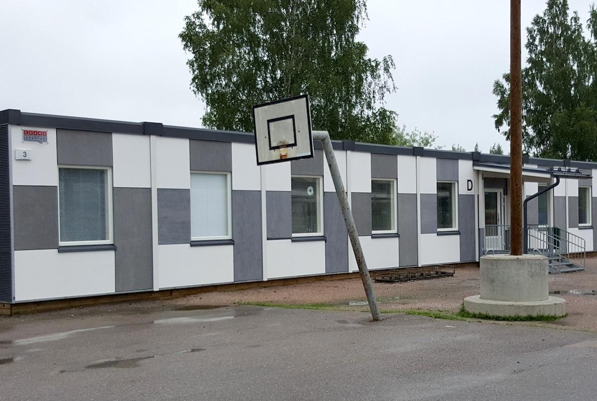 Parakit ovat yleinen näky sisäilmaremontin kohteena olevien koulujen pihoilla ympäri Suomen. (Kuva: Ville Miettinen)