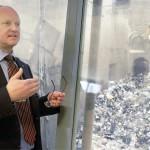 Westenergyn toimitusjohtaja Olli Alhoniemi kertoo voimalan polttavan 20 000 kiloa jätettä tunnissa. Se tekee 2-3 roskapussia sekunnissa.