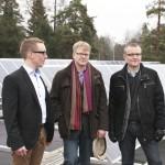 Mikko Tapojärvi, energia-asiantuntija Mikko Pieskä sekä EnergyVaasaa hallinnoivan Merinovan markkinointijohtaja Robert Olander Porvarinkadun koulun katolla. Taustalla yli sata aurinkopaneelia.
