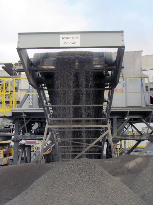 ADR-kuivaerottelussa syntyy rauta- ja ei-rautametallijakeita sekä mineraalijakeita, jotka erotellaan raekoon mukaan.