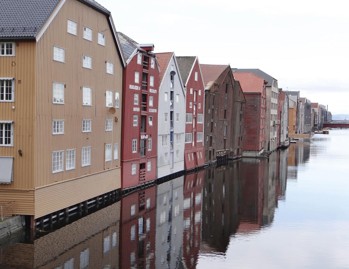 Trondheimin vanhimmat säilyneet varasto- ja kaupparakennukset (Bryggene) Trondheimin vuonon jatkeen, Nid –joen varrella ovat 1700-luvulta. Kaupungin sijainti vuonon pohjukassa oli kaupankäynnin kannalta erinomainen.