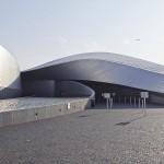 """Kööpenhaminan uusimpia vetonauloja on uusi akvaario """"Den Blå Planet"""" (Kim Nielsen/3XN, 2013). Akvaario sijaitsee kävelymatkan päässä Kastrupin lentokentältä ja siitä on tullut huippusuosittu. Mielleyhtymiä Bilbaon Guggenheim–museoon ei voi välttää."""