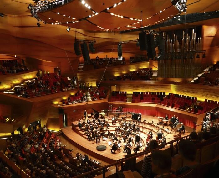 Tanskan YLE:n (DR) konserttitalo Örestadissa on ulkoarkkitehtuuriltaan ja lämpiötiloiltaan karu ja tyly (Jean Nouvel, 2009), vähän kuten Örestad muutoinkin. Itse pääkonserttisali hehkuu lämpimän puupintaisena. Akustikko on sama kuin Helsingin Musiikkitalossa (Yasuhisa Toyota).