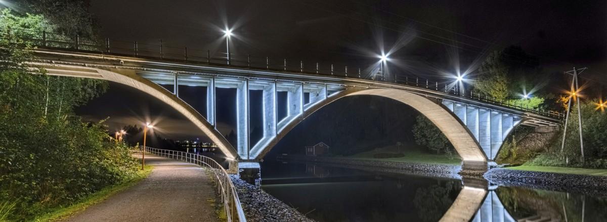 Äijälänsalmen silta Jyväskylässä sai näyttävän led-valaistuksen pari vuotta sitten. Väliseinäkaaret valaistiin kylmällä ja holvikaaret lämpimällä valkoisella valolla.