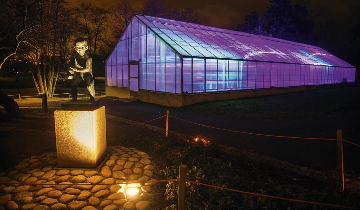 Varjoja kasvihuoneessa -teos tekee puiston kasvihuoneista lyhdyt, joissa valot ja varjot elävät vaihtelevissa sävyissä. Inkeri Jäntti / Oulun kaupunki