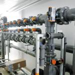 Uuden kilpauintialtaan ja hyppyaltaan vedet puhdistetaan ultrasuodattimilla, jotka mahtuvat ahtaisiin teknisiin tiloihin. Kuvassa suodatinjärjestelmä ennen suodatusyksiköiden asennusta.