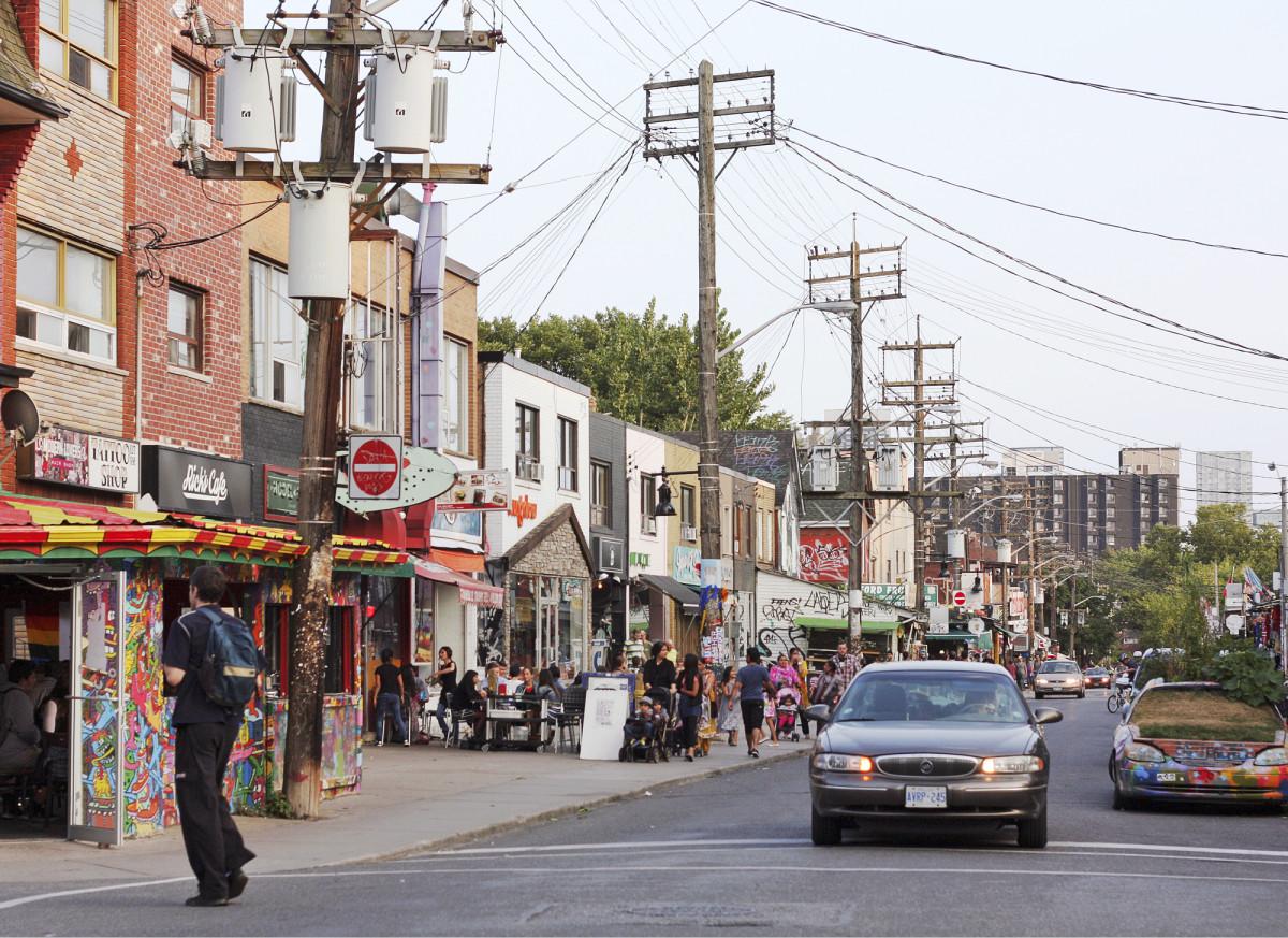 Toronton Kensington Market -aluetta pikku kauppoineen ja ravintoloineen.