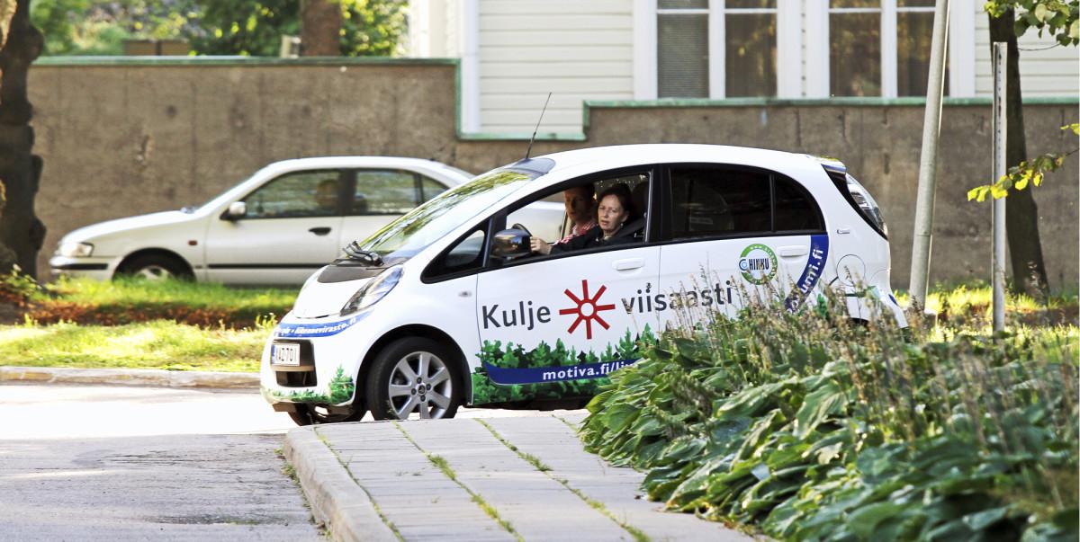Sähköauto on esimerkki cleantech-hankinnasta. Kuvassa Suomen ympäristökeskuksen sähköauto, joka oli viime vuonna Hinku-kunnissa (hiilineutraalit kunnat) koekäytössä.