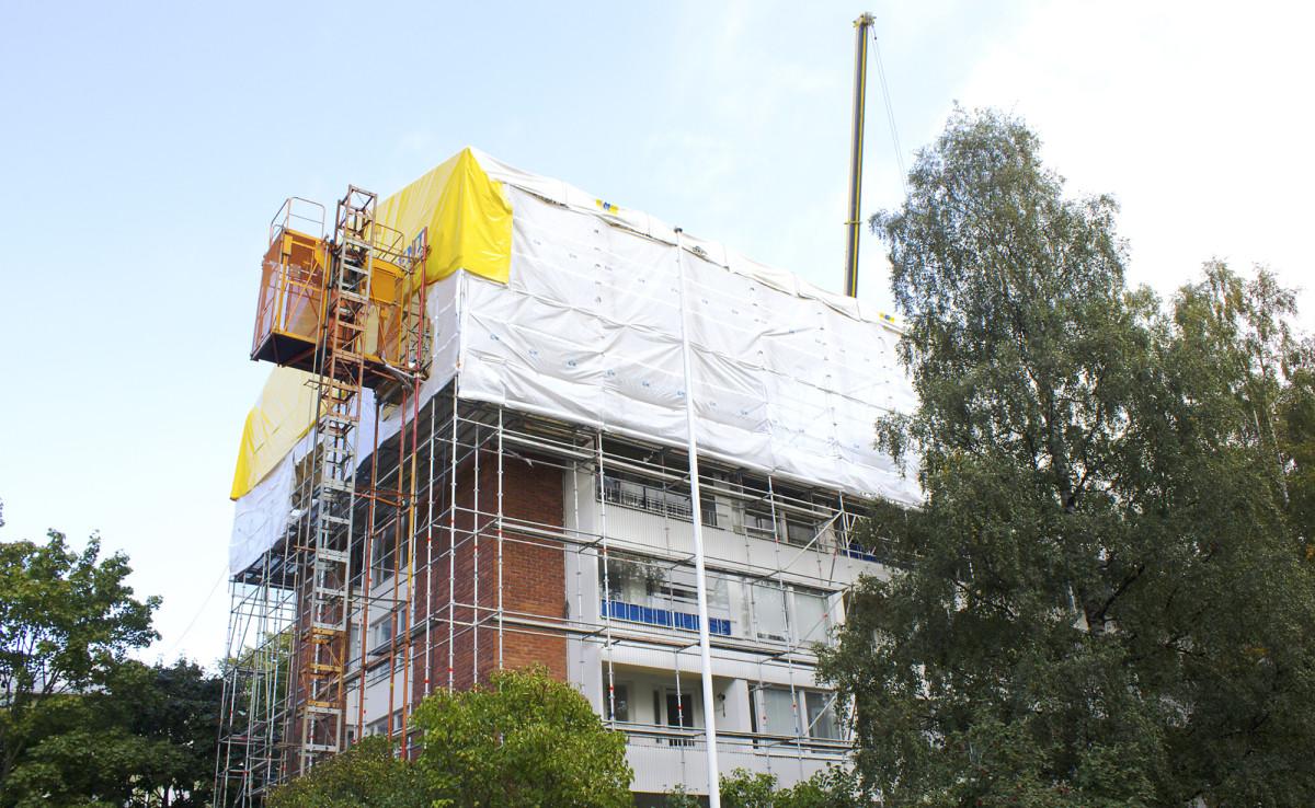 Koskisen Oy:n Taloteollisuuden saneerauskohteeseen Helsingin Munkkivuoressa rakennettiin lisäkerros puuelementeistä sääsuojan alla.