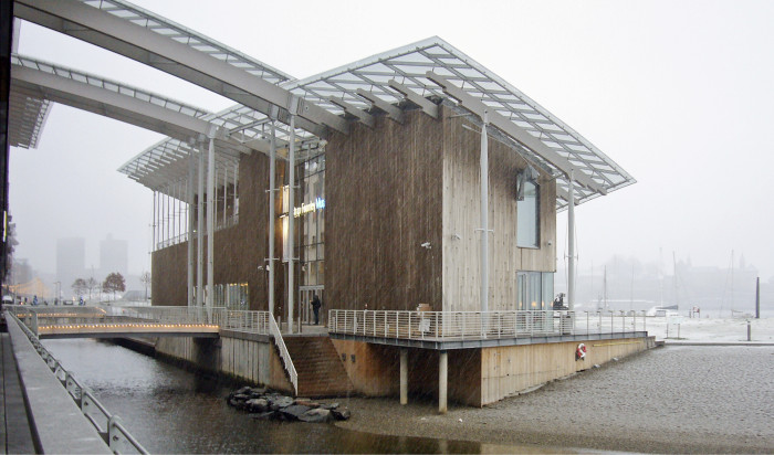 Puinen Astrup Fearnleyn modernin taiteen museo uppoaa räntäsateeseen Oslonvuonon rannassa.