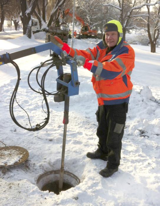 Vesa Ilomäki koestaa isoa vesijohtoventtiiliä hydraulisella vääntimellä. Talviset olosuhteet tuovat omat haasteensa kunnossapitotyölle.