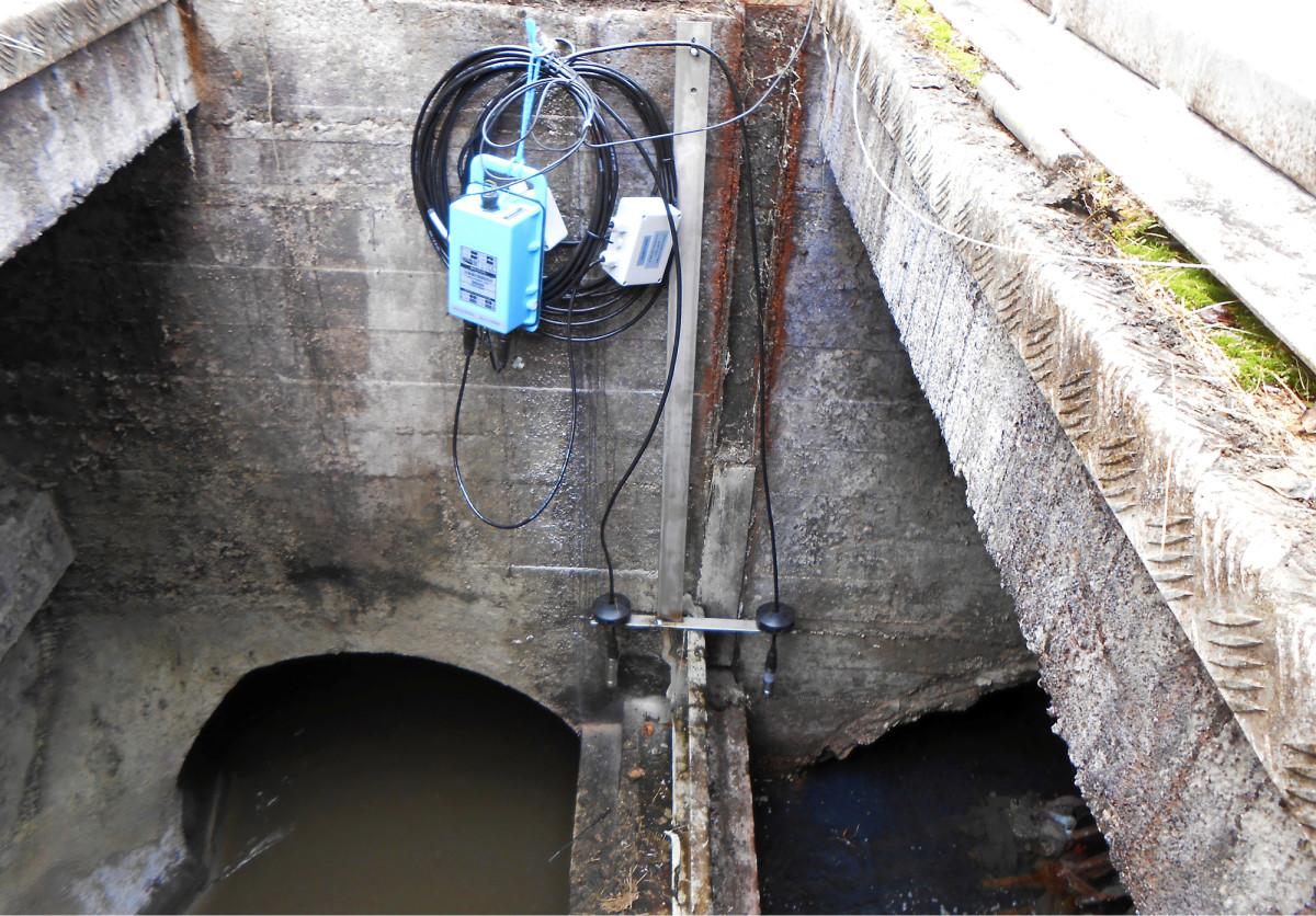 Nykyaikainen viemärin ylivuotovahti, josta hälytys tulee puhelimeen tekstiviestillä. Paineanturit reagoivat veden noustessa tarpeeksi ylös.