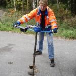 Janne Piironen koestaa vesijohtoventtiiliä akkukäyttöisellä vääntimellä. Nykyaikainen kalusto säästää turhalta kehon repimiseltä.