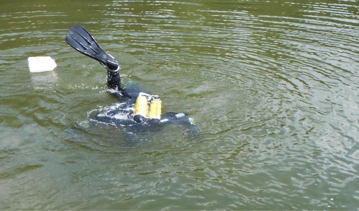 Valvonnassa huomattiin, että jossain on vesijohtovuoto. Osa vesijohdoista kulkee vesistössä ja tässä etsitään vesijohdon vuotoa, joka löytyikin sukeltajan avustuksella.