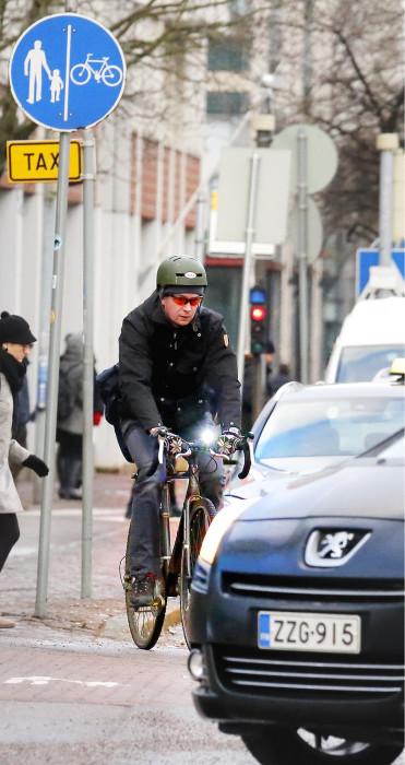 Taajamaliikenteessä huomaavaisuutta muita liikkujia kohtaan vaaditaan niin autoilijoilta kuin pyöräilijöiltäkin.