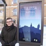 Liikenneinsinööri Jukka Talvi pysäkkinäytön äärellä maaliskuun lopulla, jolloin näyttötauluissa pyöri vielä esittelyaineistoa kesällä käyttöön otettavasta järjestelmästä.