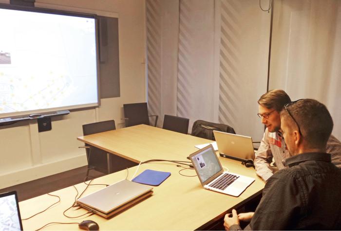 Oskari Rantanen ja Mikko Haavisto tutkivat kiinnostuneina omaisuuskarttaa.