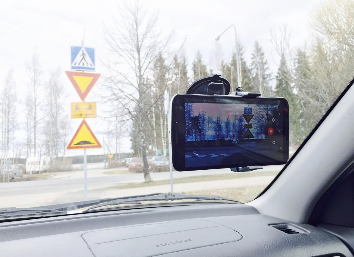 Liikennemerkkien havainnointi konenäöllä onnistuu ajoneuvon kojelautaan tai tuulilasiin kiinnitetyllä kalustolla.