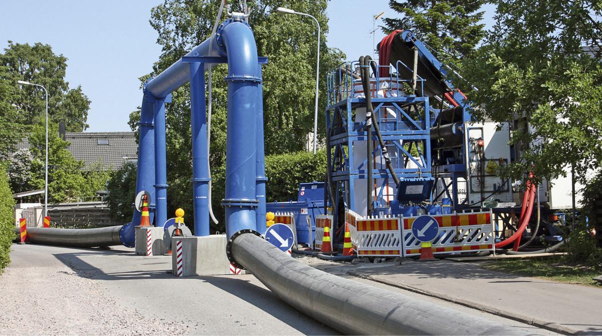 Erityisosaamista vaativa suuren kokoojaviemärin sukkasujutustyömaa Helsingin Tapaninvainiolla kesällä 2013.