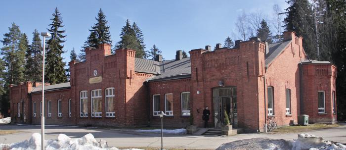 Hennalan 1910-luvulla rakennettu perinteikäs upseerikerho myytiin maaliskuussa rakennuksessa pitkään ravintolatoimintaa harjoittaneelle yhtiölle.