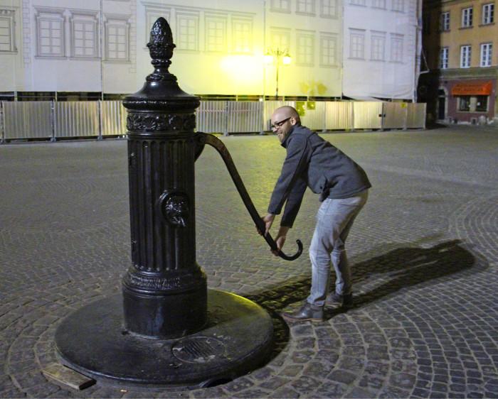 Tuomas Jalonen testaa vesipostia, kaunis mutta huonosti toimiva.