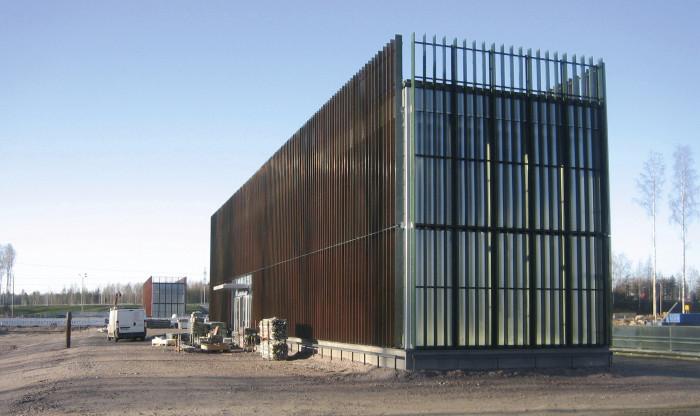 Kivistön sinivihreä asema on Arkkitehtitoimisto B&M Oy:n suunnittelema. Maan päällä on vain kolme sisääntulopaviljonkia. Itse asemat sijaitsevat kahdeksan metrin syvyydessä.