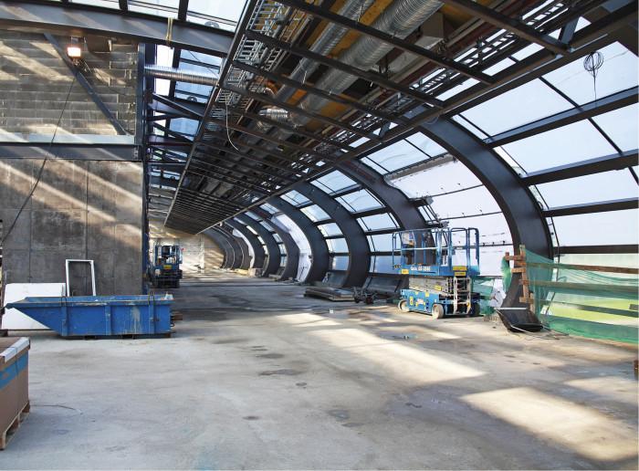 Tikkurilan asemasilta, joka kulkee junaraiteiden yli, oli haastava rakentaa pääradan liikenteen keskellä.