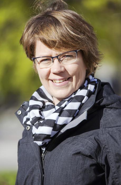 Vantaan puistosuunnittelupäällikkö Hanna Keskinen pitää etenkin Kvartsijuonenpuiston muodoista, vaikka sorakuopan kummut aiheuttivatkin haasteita rakentamisessa.