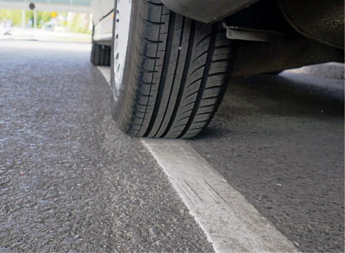 Osa nykyisistä autoista ei tahdo mahtua vanhojen ohjeiden mukaan mitoitettuihin pysäköintiruutuihin.