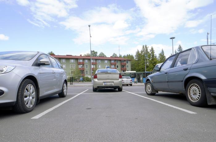 Kaupungeissa pysäköinti siirtyy avoimilta asfalttikentiltä yhä enemmän pysäköintitaloihin tai -luoliin.