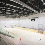 Liikuntahallissa yksi tila täyttää kansainvälisen koripalloliiton kilpailupaikoille asettamat vaatimukset muun muassa lattian joustavuuden suhteen.