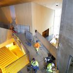 Sisätilojen betoniseinät jätettiin maalaamatta ja pinnoittamatta. Kyse on arkkitehtonisesta tehokeinosta, jolla saadaan aikaan pajamainen tunnelma.