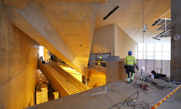 Rakenteissa on yhdistetty eri materiaaleja ja toteutustapoja, puuelementtejä, teräsristikoita, paikallavaluja ja betonielementtejä. Opetustilat ja myös henkilökunnan huone ovat lasiseinäisiä.