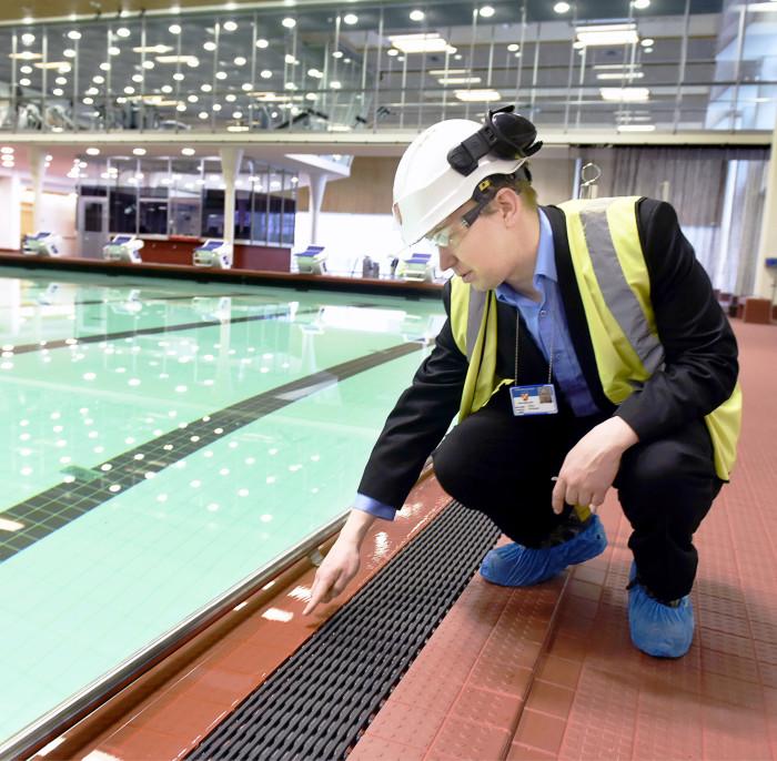 Isoa allasta täytettiin toukokuussa. Projektipäällikkö Markku Hirvonen näyttää, miten vesi poistuu puhdistuskiertoon ritilän ja loiskekourun kautta.