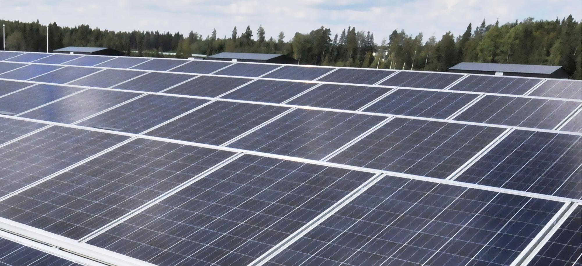 Aurinkosähkön tuotanto lisääntyy vauhdilla. Muutamat pienemmät kunnat kokeilevat leasing-mallia kiinteistökohtaisessa aurinkosähkön tuotannossa.