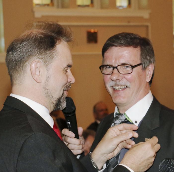 Uusi kunniajäsen Jorma Vaskelainen (oik.) sai perjantai-illan juhlapäivällisillä uuden arvonsa mukaisen merkin puheenjohtaja Heikki Longalta.