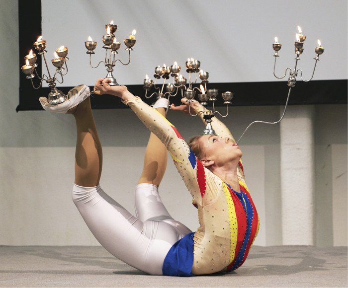 Näinkin voi taipua kun hyvin harjoittelee. Näyttelyn avajaisissa esiintyi muun muassa Turun ammattikorkeakoulun Taideakatemian sirkusopiskelijoita.