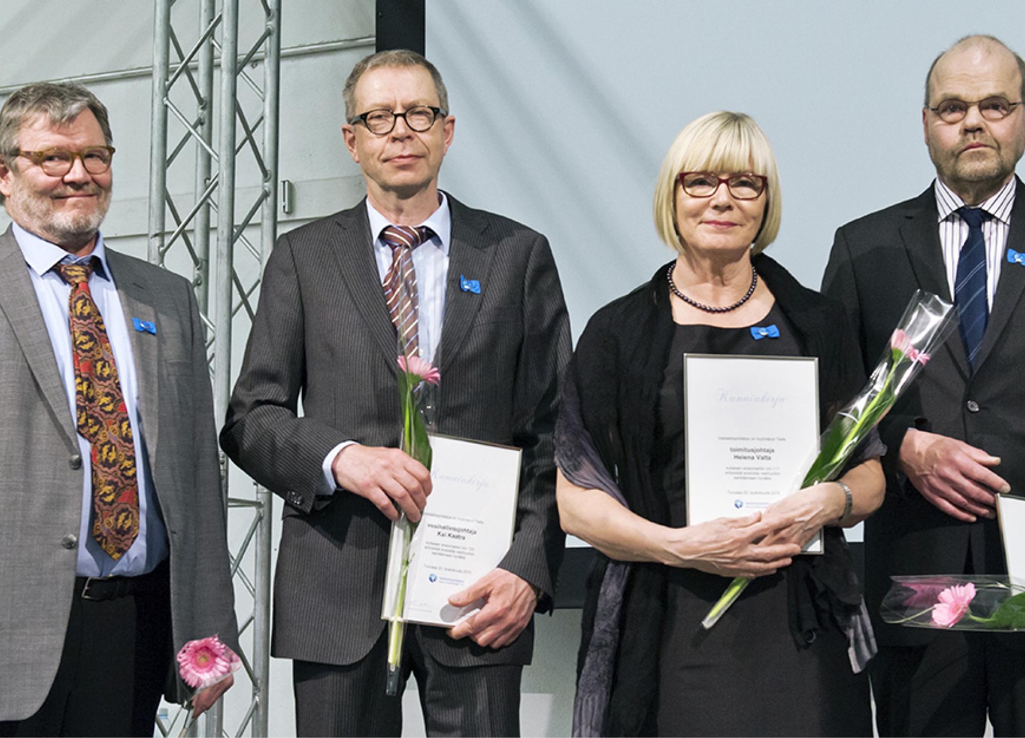 VVY:n numeroidun kultaisen ansiomerkin saajat Markku Kaksonen (vas.), Kai Kaatra, Helena Valta ja Juha Menonen.