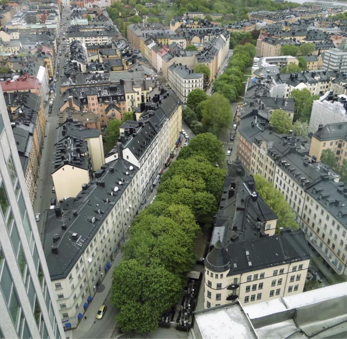 """Verohallinnon entinen torni """"Skrapan"""" (1959) muutettiin 2000-luvulla asunnoiksi. Tornin ylimmän kerroksen ravintolasta näkee hyvin Tukholman edelleen melko tasakorkean kaupunkirakenteen."""